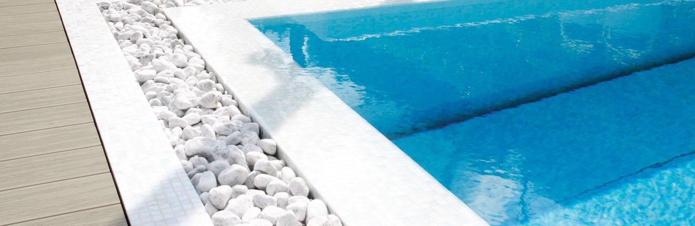 Modernes Pool mit Kies- und WPC Umrandung