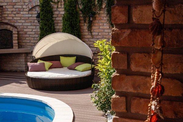 Barna terasz modern bútorokkal kiegészítve