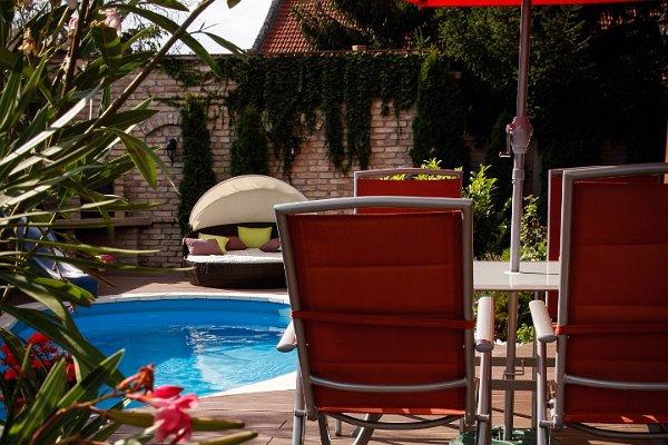 Barna WPC terasz asztallal és székekkel