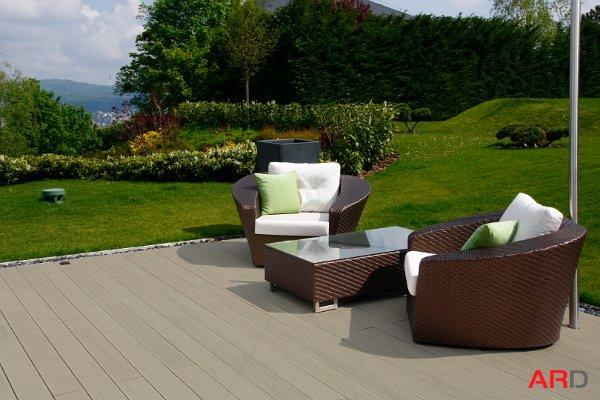WPC teraszburkolat modern bútorokkal kiegészítve