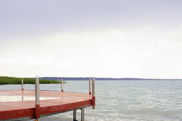 Stég a tópartról