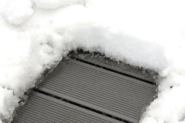 Teraszburkolat a hóban