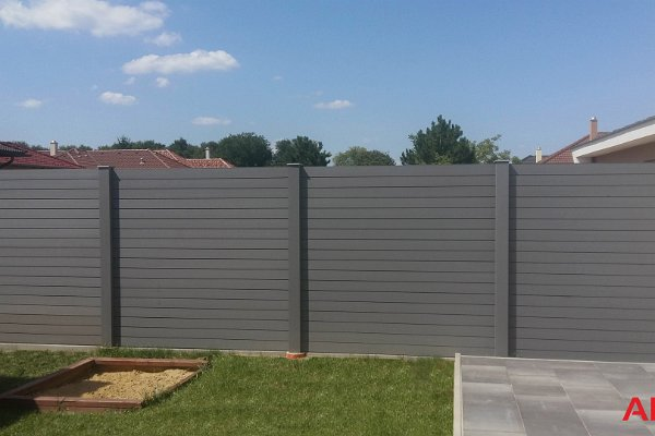Kerítés oszlopok és lécek felületkezelés nélkül