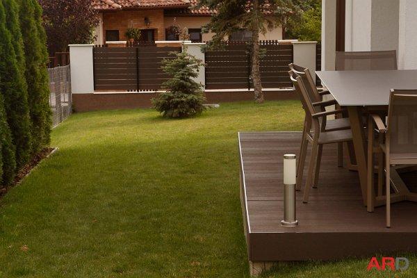 ARD szabadon felhasználható kerítéselemek barna színben, színazonos ARD WPC teraszburkolattal