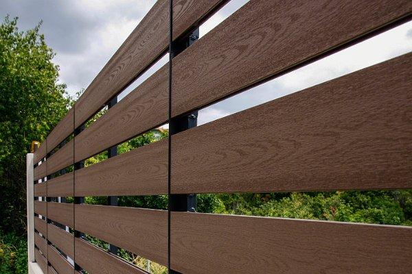 AeroWood bársonyos barna járófelület kerítésként felhasználva