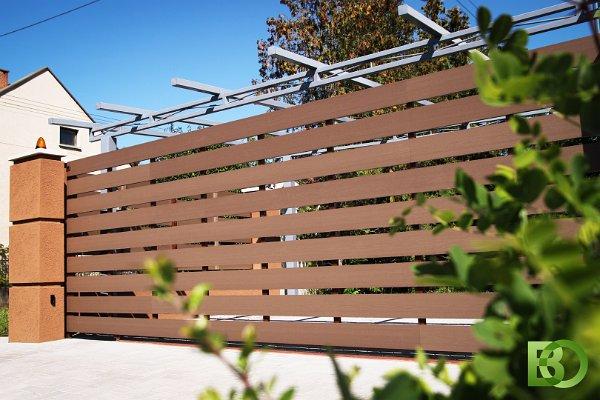 WPC kerítéselemel vízszintesen telepítve