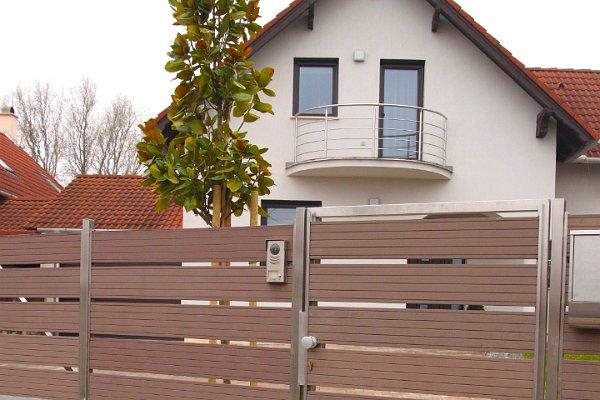 WPC kerítés kertkapuval