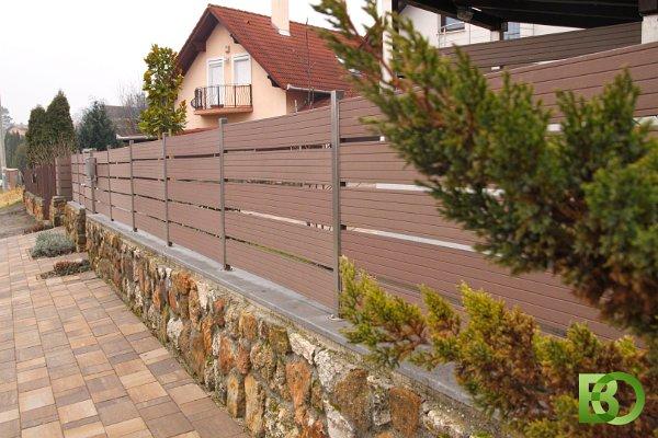 Kerítés időtálló fém oszlopokkal