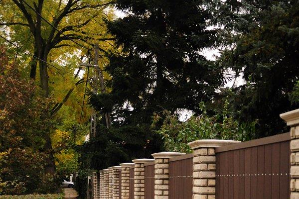 Fehér és barna kerítés