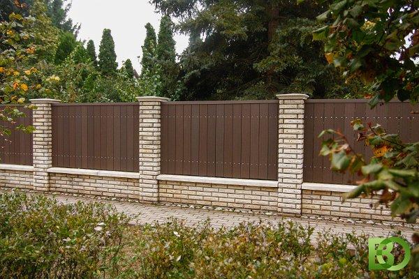 WPC kerítés oszlopokkal tagolva