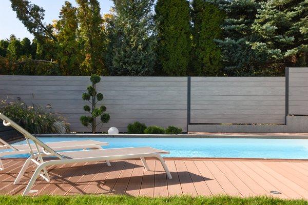 Homokmandala kerítés és barna teraszburkolat